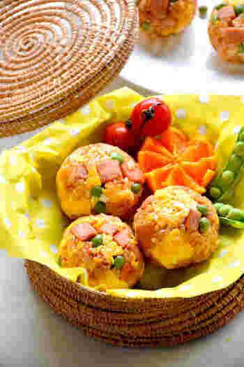 コロンとした丸い形が可愛いオムライスおにぎり。ラップに炒めた具を、その上にケチャップライスをのせて握ったらできあがり。卵をきれいに焼く必要がないからオムライスよりも簡単に作れます。