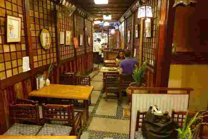 折り詰めを持ち帰る客が多い店ですが、店内には、創業当時の香りが残る民芸調のテーブル席があり、その場で出来たてのお寿司を味わえます。