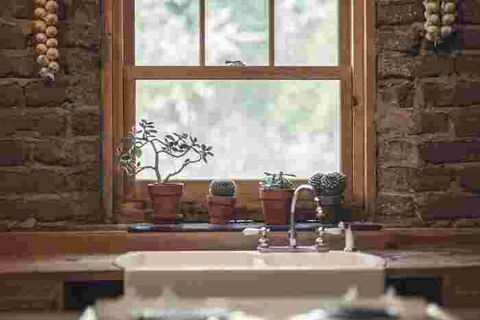 お家の中でのエコバッグの定位置(置き場所)も、湿度にも気を付けましょう。  水をよく使うキッチンのシンクや洗面台のそばに置いたりしておくと、湿気がつきやすく、「エコバッグ」のなかの「水分」をしっかり抜くことが難しくなってしまいます。また、窓際などに置いておいても、雨の日は湿度があがりがちに。