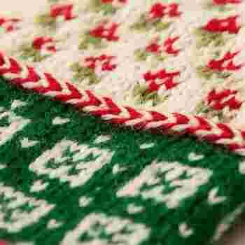 デザインは、ラトビア大好きなミトン作家であるミトン屋さんによる、ラトビアの伝統模様を取り入れた美しい模様編みや、手首の編み込み模様にフリルなど。これらを2.5mmの棒針で作ることができるので、たくさん作ってプレゼントにしても喜ばれそう。