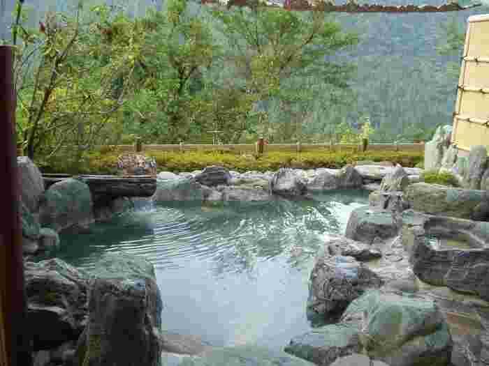 宿泊は祖谷渓沿いにある「祖谷温泉」がおすすめです。「祖谷温泉」は北海道のニセコ薬師温泉、青森県の谷地温泉とともに日本三大秘湯の一つに数えられていて、ホテルも一軒しかありません。絶好のロケーションで露店風呂が楽しめます。