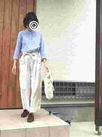 サックスブルーのバンドカラーシャツは、オフホワイトのパンツを合わせて柔らかな印象に。ゆったりとしたシルエットのワイドパンツにシャツをタックインして、スッキリと着こなすのがひとつ上のスタイリングです。