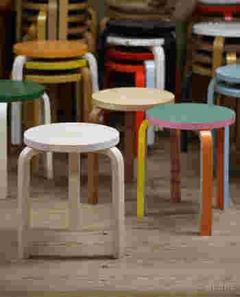 スツールとは一般的に背もたれのないコンパクトな椅子のこと。背もたれのあるチェアよりも、軽やかな印象の椅子で、テーブル代わりに使うことも多いアイテムです。