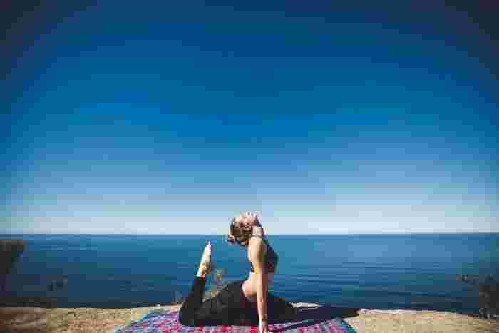 心と身体、両方を整えてくれる、ヨガ。ひとつひとつのポーズをゆったりとした呼吸とともに行っていくことで、すっきりとリフレッシュさせてくれるんです。身体が硬くても問題ありません。自分と静かに向き合い、無理のない範囲で行ってみて下さい。