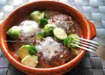 ハンバーグのタネに高野豆腐を入れることで、栄養価が高い&ヘルシーなレシピが完成!ハンバーグにもホワイトソースにも白だしを入れているため、難しい組み合わせでもしっくりと馴染みます。ホワイトソースに豆乳を利用して、良質なタンパク質も同時にゲット☆