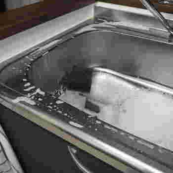 食器洗いをしたついでにシンク内の掃除もしてしまいましょう。シンク用のスポンジに食器用洗剤をつけてこするだけ。こすりながらゴミも排水溝に集めます。