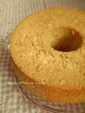 カロリーが気になる方には、砂糖控えめのオートミールのシフォンケーキがおすすめです。白砂糖の代わりにきび糖やてんさい糖などを使うと、さらにヘルシーな仕上がりになりますよ。