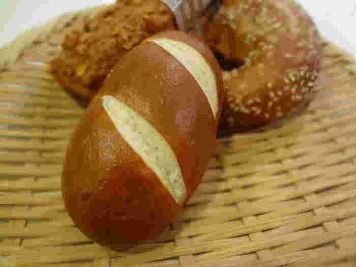 ドイツ在住経験者も本物だと認める、本格派のドイツパンがお楽しみいただけます。テイクアウトだけではなく、店内はカフェになっているので、オープンサンドなど焼きたてパンのメニューも注文することができますよ。