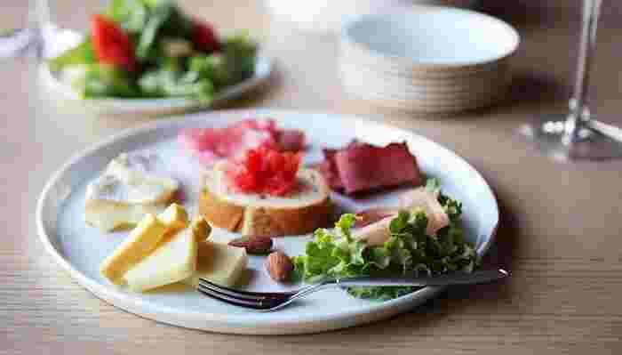 盛り付けをいつもと変えるだけでも、素敵な雰囲気を演出できます。盛り付けがちょっと苦手という人でも、シンプルなお皿を選ぶと、料理を映えさせてくれますよ。