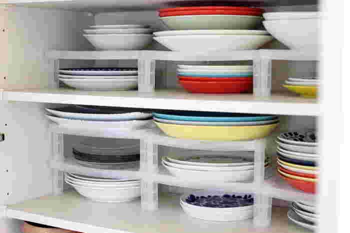 大皿は、重ねてしまうと下のものを取り出すのが大変ですが、連結したディッシュラックに収納すると種類ごとに収納することができます。 こちらはダイソーの商品なので、複数揃えることも気軽にできますね!