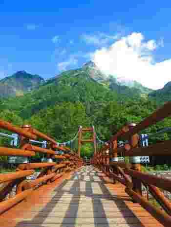 河童橋から今度は田代池や大正池とは逆の方向、梓川沿いを上流へ向かい、1時間ほど歩いたところにある明神橋。