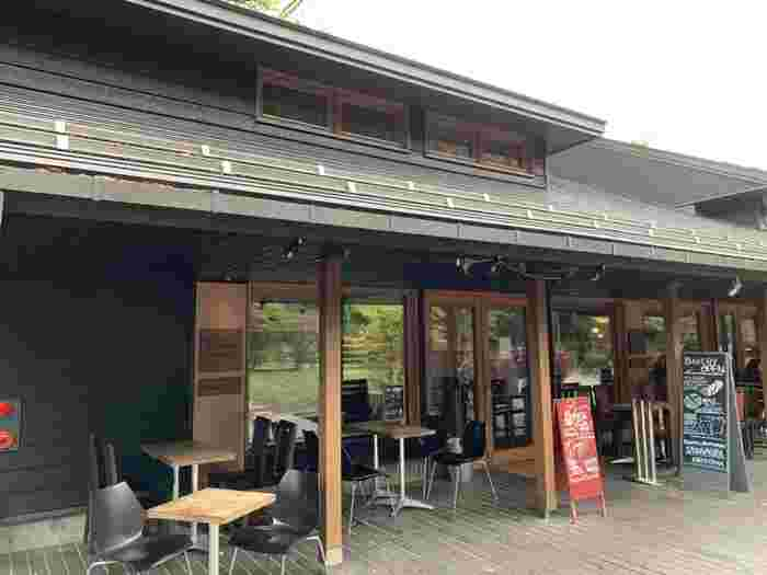 軽井沢のおしゃれスポットにある「ベーカリー&レストラン 沢村 軽井沢ハルニレテラス」で、焼きたてのパンランチを楽しみんでみませんか?ウッドデッキのテラス席は爽やかな高原の風が気持ちよく、リゾート気分を満喫できますよ。