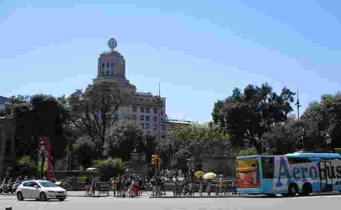 スペインには17の自治州があり、バルセロナはカタルーニャ州の州都です。 一般的に現地で話されている言葉や街の標識に記されているのはスペイン語ではなくカタルーニャ語。スペイン語とは全く異なる言語で、どちらかというとフランス語に近いと言われています。ただし、観光客に対してはスペイン語が使われることがほとんどです。