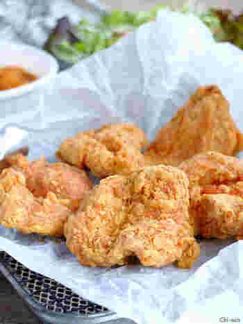 フライパン揚げができる、簡単なのに本格的な仕上がりのフライドチキン。ザクっとした食感で誰もが大好きなメインおかずです。リーズナブルでヘルシーな鶏むね肉使用でおいしくできます。