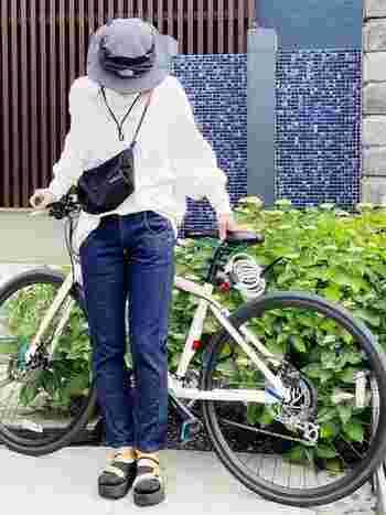 大人のカジュアル自転車スタイル。ストレートデニムに、ゆったりビッグシルエットのサーマルカットソーを合わせて。足元はサンダル×ソックスで、秋冬モードに。サコッシュは黒を選べば、コーデのアクセントになります。