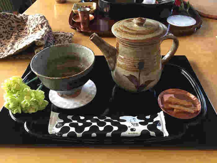 猿田彦珈琲オリジナルブレンドのコーヒー「絹しずく」は、薄口・濃口が選べます。和菓子の雰囲気に合った器や、お花を添えるコーディネートもステキ。洗練された和菓子カフェで、優雅なティータイムを過ごしてみませんか?
