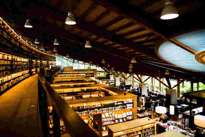 白と木を基調とした建物は、モダンな雰囲気。図書館ではありますが、書店のように気軽に利用することができるため、若い人が多く訪れています。武雄市図書館ではiPadの貸出もしているんだそう。1日1時間だけと時間制限はありますが、これは嬉しいサービスですね。
