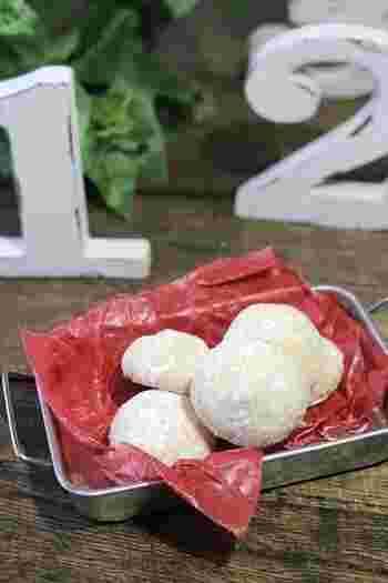 お口に入れるとホロっとくずれる食感がたまらないスノーボールクッキー。 材料がシンプルで、作り方も簡単で子供にだって作れちゃうほど。 そんなスノーボールクッキーを手作りしてみましょ♪