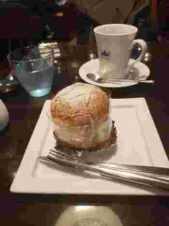 北欧の伝統的なお菓子「セムラ」も人気メニューのひとつ。他にも、北欧チーズケーキ「オストカーカ」や北欧の果実・リンゴベリーのジャムを使ったチーズケーキ、ジュース、お食事メニューには「ノルウェーサーモンと北欧クリームチーズのキッシュ」など、北欧気分を存分に味わえます。