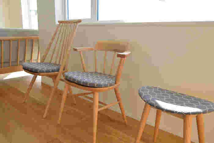 どれも座り心地が良いのは言わずもがな、布張りのシリーズは生地を選ぶところからワクワクが止まりません。 早く帰ってあの椅子に座りたい!なんて感情を起こしてくれる椅子がそろいます。