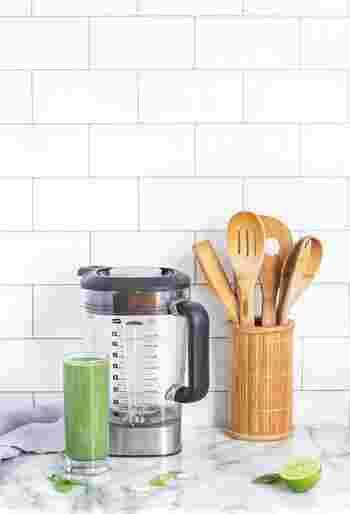 簡単な炒め物や焼き物、カレーライスなどを作るくらいであれば必要な調理道具と調味料はこのくらいで大丈夫。あとは作るレシピによって徐々に増やしていくと良いでしょう。また、調味料は使い切る前に賞味期限が切れてしまわないように、なるべく小さめサイズを購入するのがおすすめです。