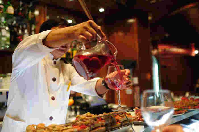 フルーツポンチがアルコールドリンクになったようなサングリアは、普段の食卓はもちろん、パーティーでも大活躍してくれます。お子様にはサイダーやジュースで代用して、大人も子どもも楽しめるドリンクにアレンジしましょう。