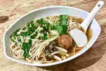 数あるメニューの中でも、これを目当てに訪れる方もいるという「半田麺」。徳島県の倭麺工房からお取り寄せしているそうで、やや太めの麺が特徴です。きのこと梅干しのヘルシーな組み合わせは、お酒のシメにもぴったり。