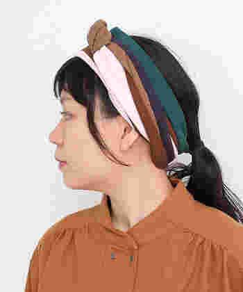 洋服だけでなく、顔回りのアイテムにもスウェード調アイテムをON!いろんな色が使われているので、つけるだけでヘアアレンジも華やかに仕上がります。