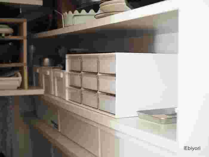 次にご紹介するのは、9つの小さい引き出しがついたニトリの「レターケース」です。もともとは文房具などデスク周りの小物を整理するための収納アイテムですが、こちらのブロガーさんのお家では食品の収納ケースとして活用されているそうです。