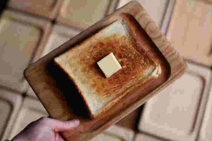 無塗装だから、使い込むほどに表情が深まっていきます。四角い形は食パンを乗せるのに効率が良くてスッキリ。経年変化も楽しめるお皿です。