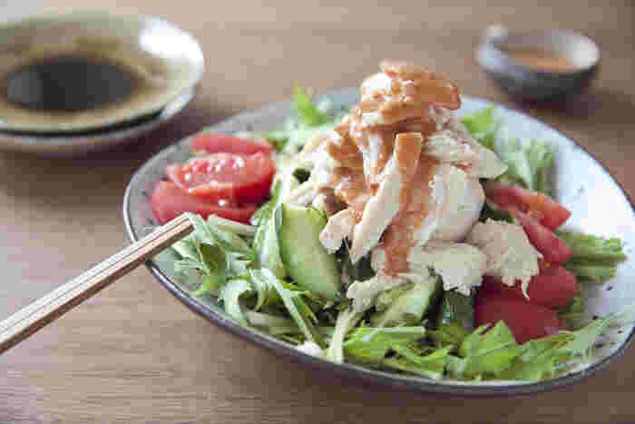 すりごまに豆板醤や醤油などを加えれば、中華料理でも活躍するピリ辛ごまだれの完成。 蒸し鶏にかけて棒棒鶏(バンバンジー)にしたり、しゃぶしゃぶなどのたれとして使用できます。