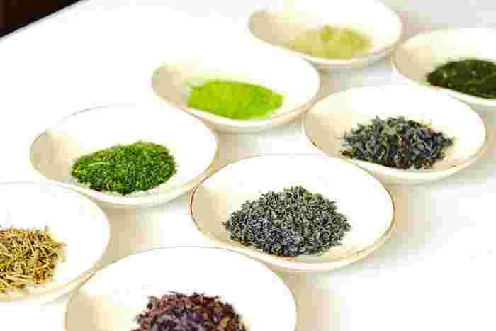 取り扱うのは、国内の日本茶総生産の1%未満しかないと言われる「単一農家・単一品種」のシングルオリジンティー。日本全国を周り、オーナー自らセレクトした国産の日本茶が揃います。生産農家と直接取引し、全てオーガニック栽培のお茶のみを選んでいるそう。また、抹茶に粉砕する前の珍しい【碾茶(てんちゃ)】を飲むことができるのも【CHABAKKA TEA PARKS】ならではの特徴です。