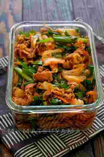 キムチとにらでスタミナUPの牛肉レシピ。丼にしたり卵で巻いたりアレンジも広がるレシピです。