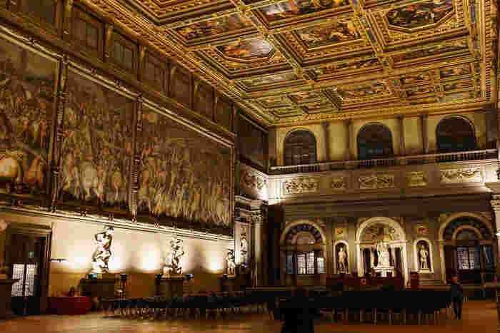 現在でもフィレンツェ市庁舎として使われているヴェッキオ宮殿は、内部を見学することも可能です。緻密でかつ繊細でありながらも優美で豪華絢爛とした装飾が施された500人大広間は、フィレンツェ共和国の富を象徴しているかのようです。