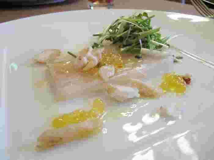 「庄内浜 鯛のテリーヌと鯛の燻製」 庄内浜でとれた鯛を生と燻製の2種類で味わうことができます。添えられているのは山女の卵。