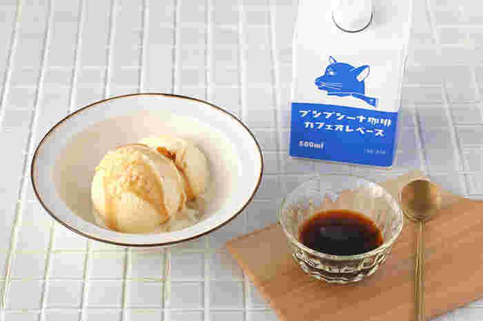 濃縮タイプのカフェオレベースをアイスにかければ、手軽なアフォガード風に。コーヒーの苦みがアイスの甘みとマッチして大人の表情です。