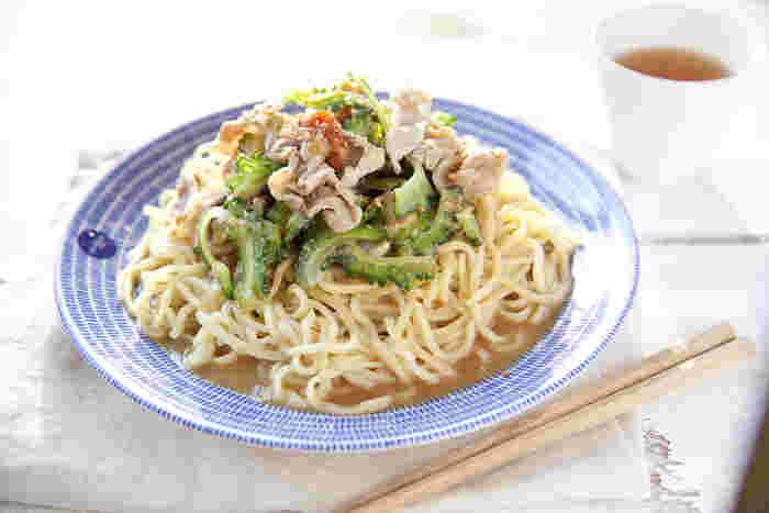 レンジで蒸した豚肉とゴーヤをたっぷりと使った冷やし中華。ゴーヤの苦みが夏の疲れた身体に効きそうです。