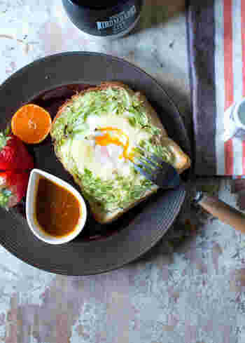 たっぷり乗せたキャベツの真ん中に卵を落として巣ごもり風に。パパっと食事をすませたい忙しい朝に、目玉焼き・千切りキャベツ・トーストが一度に食べられるアイディアレシピです。