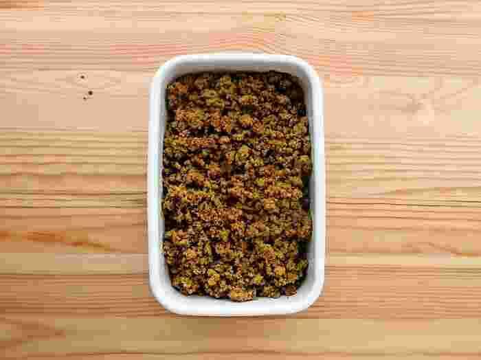 こちらは、いろいろな料理へのアレンジにも使いやすい、カレー味のそぼろです。お肉ではなく高野豆腐を使ったヘルシーなおかず。高野豆腐はふっくらするまで戻すのがコツです。フードプロセッサーにかければ簡単にそぼろが完成。その後で味付けしていきましょう。冷蔵庫で5日間、冷凍庫で1ヶ月保存が可能です♪
