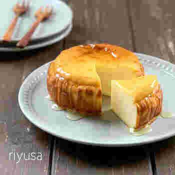 砂糖の代わりにはちみつを使って作るベイクドチーズケーキは、甘さ控えめでいくらでも食べられる美味しさ!ダマにならないように、卵は最初によくといてから材料に混ぜ合わせてくださいね。完成後にも、とろ~りはちみつをお好みで垂らして完成!