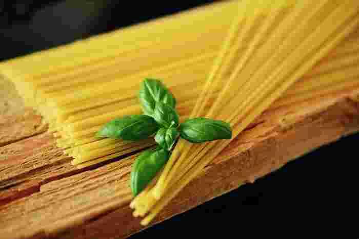 パスタの中でもっともポピュラーと言っても過言ではない「スパゲッティ」。直径が1.4~1.7㎜前後のパスタを差します。レシピも豊富で、オールマイティに活躍してくれますよね♪オリーブオイルなどさっぱりしたソースとの相性が◎