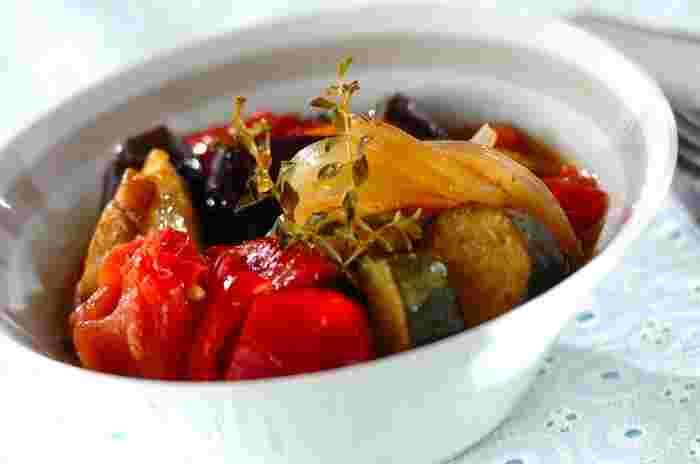 夏野菜料の定番とも言えるラタトゥイユも、スパイスの使い方で一味違った味わいに。コリアンダーシードでエキゾチックな風味を楽しみましょう。