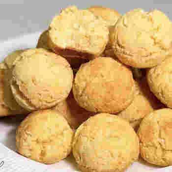油で揚げないので、カロリーダウンできるのがうれしいおからの焼きドーナツ。ホットケーキミックス使用で、ワンボールで混ぜるだけなので簡単です。