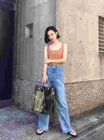 タンクトップとデニムでヘルシーカジュアルなスタイル。ほっそりとスタイルアップするコツは、胸のあき加減が絶妙なタンクトップとハイウエストのジーンズ。女性らしい細いラインを作ることを意識してみて。足元はビーチサンダルを合わせるとよりヘルシーな印象に。