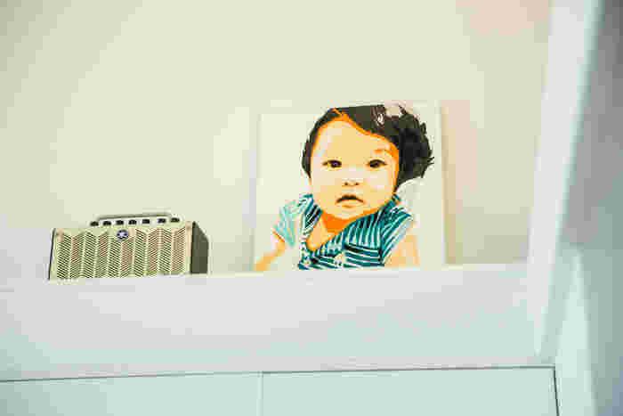 アート作品のようなこの絵は、娘さんが小さいころの写真を元に岩崎さんが描いたもの