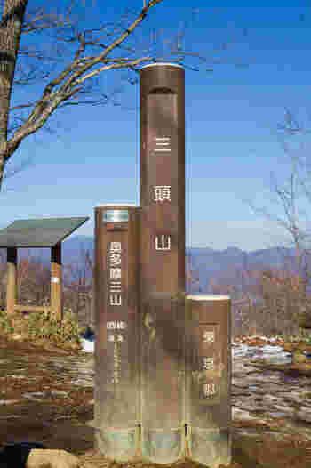 日本三百名山に選定されている三頭山は、その名の通り3つの頂を持つ山です。標高1527メートルの西峰、標高1531メートルの中央峰、標高1528メートルの東峰がある三頭山は、東京都西多摩郡奥多摩町と東京都西多摩郡檜原村をまたがっています。