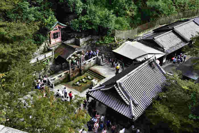 """本堂の舞台から眺める、清水寺""""音羽の瀧""""。ここから見上げる本堂も荘厳で、人気のビュースポット。"""