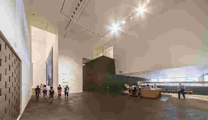 美術館に隣接する「三内丸山遺跡」からヒントを得て作られた建物は独創的で不思議な空間。案内の文字も独自のフォントで書かれ、古代と現代がつながっているような感覚を覚えます。