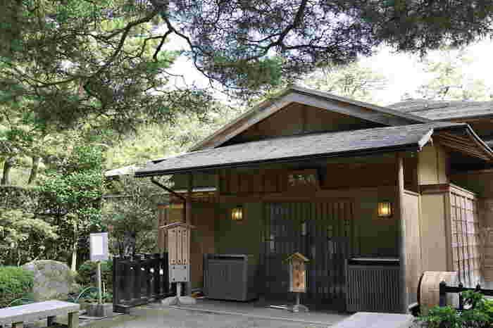 時雨亭は、もともとは加賀藩5代藩主、前田綱紀が兼六園を作庭した頃からあった建物です。残念ながら廃藩が行われた明治時代に取り壊されてしまいましたが、2000年に往時の時雨亭を復元して造られたものが現在の時雨亭です。ここは、甘味処として来訪者に開放されています。