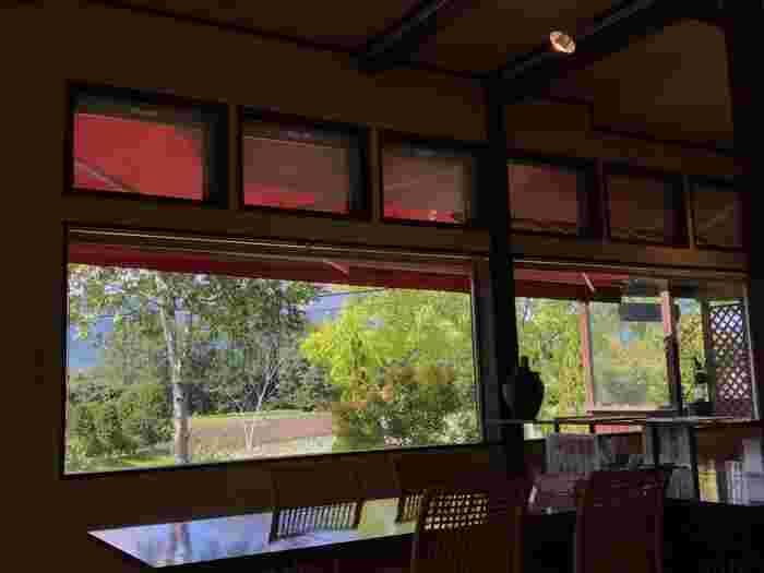 店内の大きな窓から見える浅間山。雄大な自然の姿をゆったりと眺めるのも旅の醍醐味。